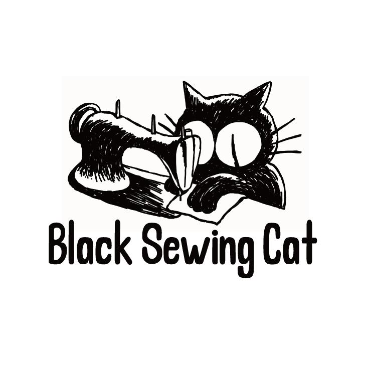 黒いミシンを踏む黒い猫